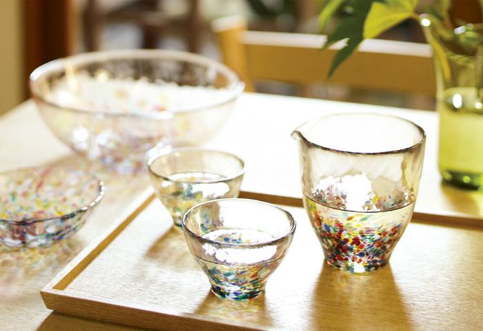 東北三大祭りのひとつ「ねぶた祭り」の鮮やかさを8色の色ガラスに映しとり、透明感と多彩な色を調和させています。賑やかできらめくねぶたの喧騒が聞こえてくるようなイメージ。