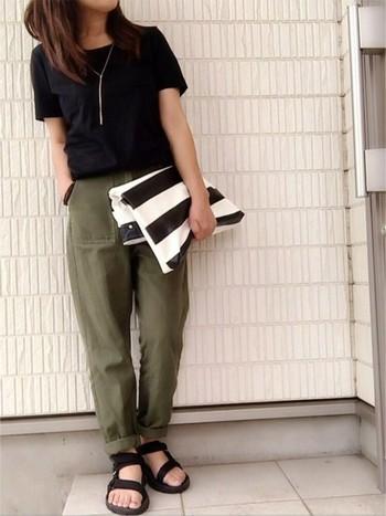 とことんカジュアルなTシャツ・サンダルスタイルに、華奢なネックレス、クラッチバッグでバランスをとりました。