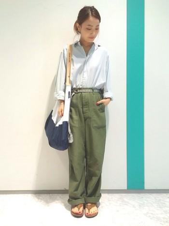 ちょっとオーバーサイズなゆったりシャツをベイカーパンツにイン。カジュアルな大きめバッグを背負って、動きやすいナチュラルなスタイル。