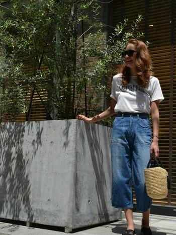 デニムのベイカーパンツにはシンプルな白Tシャツで。大きめのかごバッグが夏らしさを演出♪