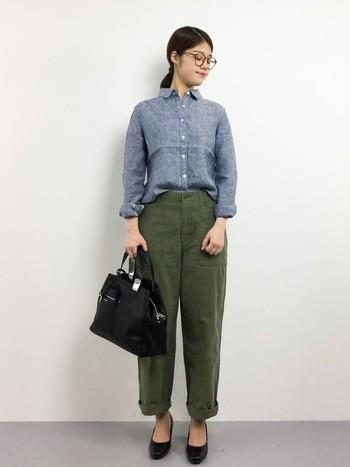 シンプル・ベーシックに楽しむベイカーパンツスタイルには、やっぱりシャツがおすすめ。さらりと大人っぽく着こなして。