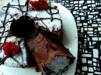 濃厚なダークチョコレートにラム酒をきかせた、大人のシフォンケーキはいかがですか?甘さ控えめなので男性にもおすすめです。