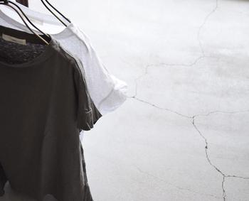 シルエットにこだわり、上質な素材でつくられたカットソーは、いつもの装いをより素敵なものにしてくれるはず。ぜひこの夏のワードローブに取り入れて、おしゃれを楽しんでみてはいかがでしょうか?
