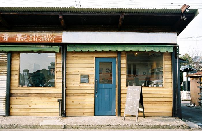 青い扉のこちらは、ガラス工房「taruhi glass works(タルヒグラスワークス)」。タルヒとは「垂氷」といって、雪国でツララと言う意味。バーナーを使い、ガラスの器やアクセサリーを制作しています。