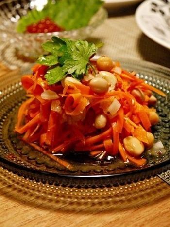 にんじんは生ではなく、皮付きのまま食感が残るように過熱するのがポイント! お豆と併せて、ヘルシーでボリュームのある一品に。
