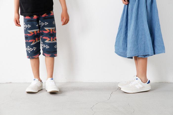 new balance(ニューバランス)人気モデル「CRT300」のキッズバージョン。靴紐がゴムになったスリッポン仕様で、簡単に着脱ができるのが特徴です。通気性も抜群なので、汗をよくかくお子さんの足元にもぴったり。快適な履き心地で歩行に負担がなく、元気なお出かけをサポートしてくれます。