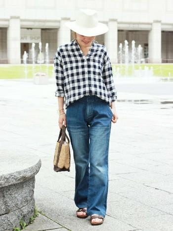 大きめのチェックが印象的なオーバーサイズシャツ。デニムのシルエットもレディライクで素敵です。
