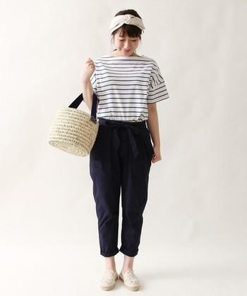 シンプルなシャツスタイルですが、小物でオシャレ度アップ。はつらつとした爽やかな着こなしに。
