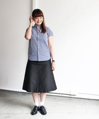 大人女子だから似合う正統派のスクールガールコーデ。オールドスクールテイストの着こなしも素敵です。