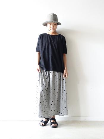 ふんわりゆったりとしたシルエットのプルオーバー×スカート。品の良い夏のデイリーウェアとして。