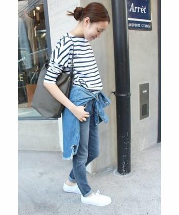 足のラインがすっきりと見えるスキニーデニム。ボーダーシャツとデニムのフレンチカジュアルは、デニムシャツでウエストをマークしてポイントに。