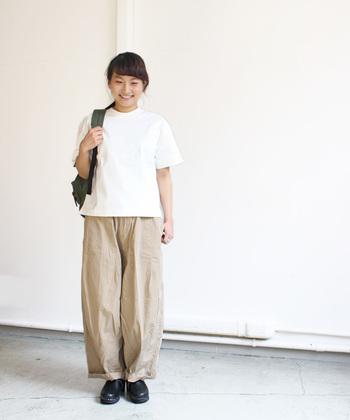 リラックスシルエットのシャツ&パンツも、大人だから自然なこなれ感が生まれます。ちょっぴりメンズライクな着こなしです。