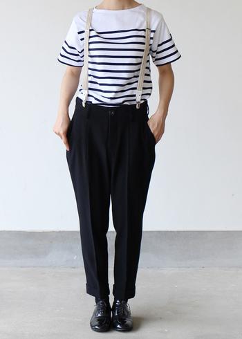 ややジャストサイズのシャツやパンツですっきりとした着こなし。サスペンダーでメンズライクなコーデに。