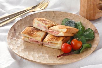 鹿児島発のブランド、「Akihiro Woodworks(アキヒロ ウッドワークス)」が手がける木のお皿は、一つ一つ手仕事で作られているんです。刻まれた模様がなんとも美しいお皿です。