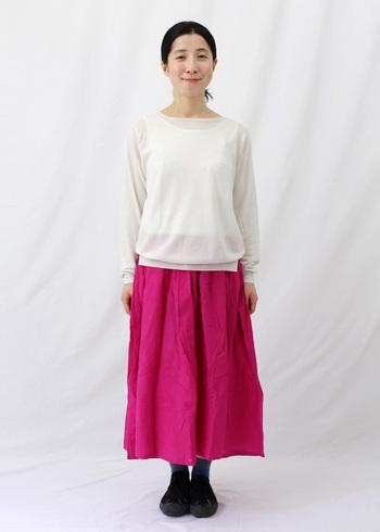 少し冒険して鮮やかなピンクのスカートを着こなしてみませんか?40代からは色遊びを取り入れてみるのも楽しいですよ。