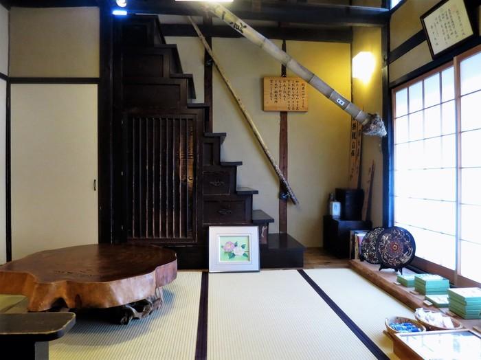 昔懐かしい日本家屋の風情があふれる店内。こちらの階段箪笥を上がった2階がお茶や和菓子をいただくことができるスペースで、屋根裏を思わせる素敵な空間です。予約すれば、1階のカウンター席にて目の前で和菓子を作っていただけるコースもあるとか。滅多に味わえない贅沢な趣向なのにお代もお手頃で、和菓子を心から楽しんで欲しいというご店主のこだわりが伝わります。