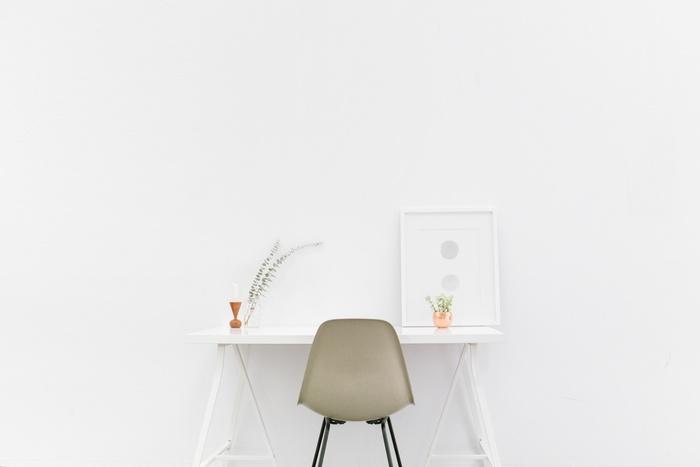 壁に立てかける。たったそれだけ。壁に穴を開けたりしないので、賃貸でもOKです。まずは小さなサイズのものを、デスクやダイニングテーブルに立てかけてみてはいかがでしょうか。