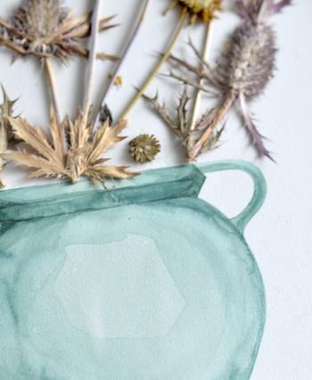 水彩で描かれた花器に、押し花をひとつひとつコラージュした芸術的なアイテム。平面と立体の不思議な組み合わせ。草花は枯れることがないので、ずっとその美しさを楽しめます。