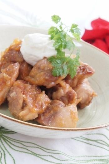 蜂蜜とレモンで煮た鶏肉に、サワークリーム代わりの水切りヨーグルトを添えて。甘くて酸っぱい、爽やかなメインディッシュです。