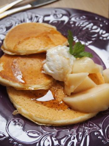 パンケーキの生地に水切りヨーグルトを入れると、しっとりとした食感で風味も豊かになります。季節の果物と水切りヨーグルトをトッピングして、贅沢なパンケーキに♪
