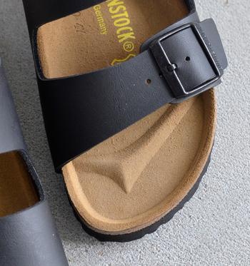 理想的な体重移動を促すつま先の独自のデザイン、足裏全体をしっかりと支え、足にかかる圧力を分散させてくれる疲れにくく機能的なオリジナルのフットベッドは、唯一無二の履き心地!