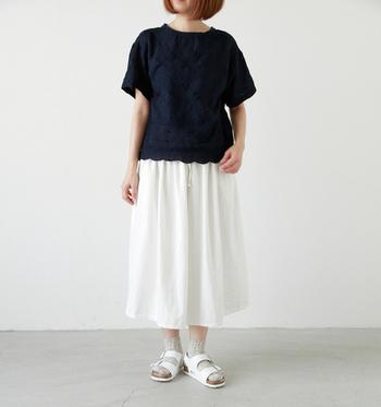 ソックスと合わせた旬のファッションはバックベルトで靴ずれしやすい人にもおすすめです。