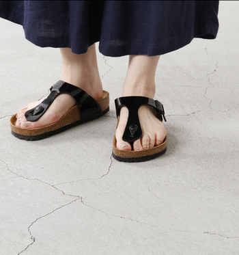 夏はやっぱりトングサンダル!という方には、足元をすっきり魅せてくれる「GIZHE(ギゼ)」がおすすめです! 細めのTストラップが、足元をすっきり・スタイリッシュに演出してくれます♪ 素足にサッと履いて出かけるだけで足元から夏を感じられますね。