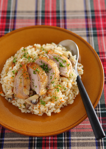 こちらは、鶏の旨みとにんにくの香りが効いた絶品ピラフ。こんがり焼いた美味しそうな鶏肉が、見た目にも食欲をそそる一品です。鶏肉は皮目をパリッと焼き上げると、より香ばしく風味豊かに仕上がります。