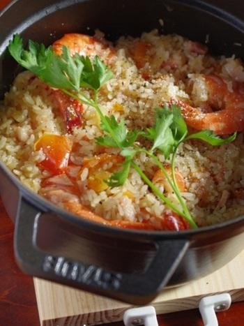 こちらは海老とトマトの出汁で炊き上げた、旨みたっぷりの絶品ピラフ。エビは殻付きのまま加えると、出汁の効いたスープをしっかり味わえます。トマトで炊き込んだピラフは彩りも美しく、見た目も味も大満足の一品です。