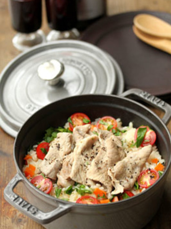 はじめにご紹介するのは、ストウブで作る美味しいピラフです。難しそうなピラフが、お鍋一つで簡単に作れるなんて嬉しいですよね♪こちらのピラフは、白ワインに漬け込んだ豚肉がとっても柔らかくて美味!お肉と野菜の風味豊かな味わいも、クセになる美味しさです。
