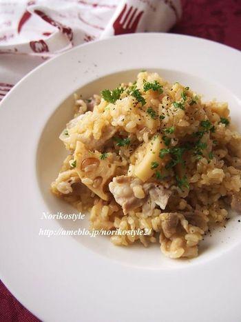 体に良いご飯といえば、「玄米」も大人気ですよね。こちらは玄米と一緒に、豚肉とれんこんを炊き上げた美味しいピラフ。サフランがフワッと甘く香る、風味豊かな一品です。玄米を美味しく炊くコツは、一晩水に漬けておくのがポイントです。