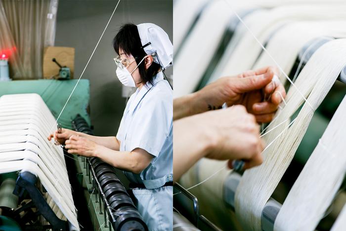 ガス焼きを終えた後は、染色へ向けての作業を進めます。写真は「かせ切り機」。かせ切り機で一かせ分を巻き終えた後、上から垂れ下がった糸「ひびろ」でかせを束ね、結び合わせます。こちらは熟練者のみができる難しい作業。巻き終えた糸は染色工場へと送られます