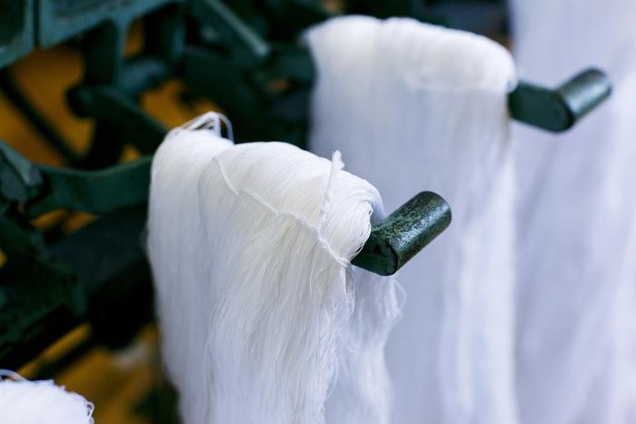 透き通るように美しい、染色作業後の綿糸