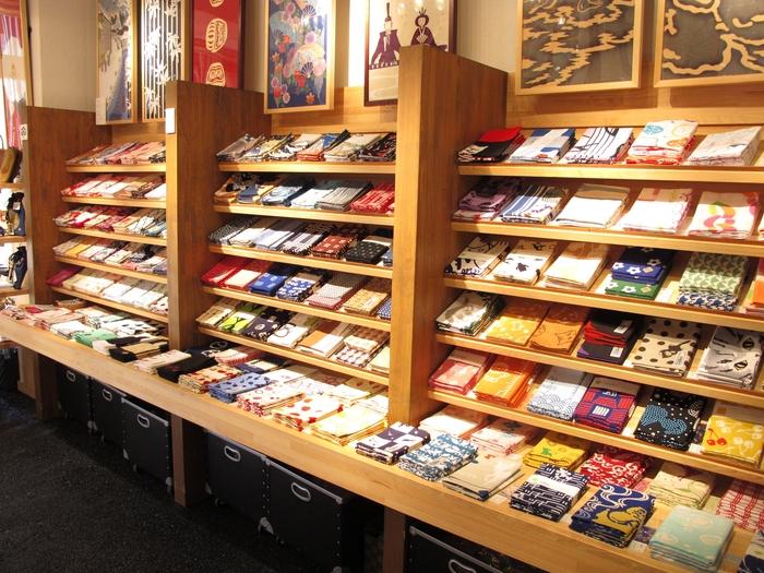 お店には季節やイベントに合わせて、常時250〜500種類もの柄の手拭いが!