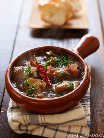 旬のホタルイカを使ったアヒージョのレシピです。 ホタルイカは生でも釜
