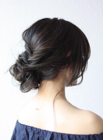 流れるような毛束感が美しいワンサイドアップのヘアアレンジ。くるりんぱなどを組み合わせて顔回りの毛をふんわり結んでいます。