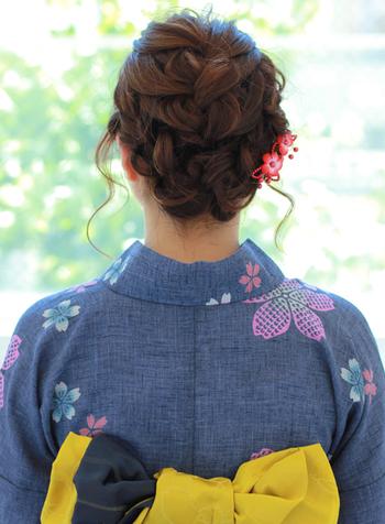 トップからゆるく編み込んだふんわりアップヘア。正面から見るとすっきりとしていて、そのさりげなさがおしゃれです。