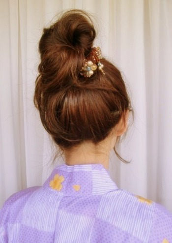 襟足もすっきりの高めのおだんごヘアも、ゆるっとしたおだんごを作ってルーズにまとめるのがポイント。おだんごは少し毛先の長さを残してピンで留めると、よりルーズ感が出ます。前髪はすっきりと上げて、トップのボリュームとのバランスを出すのがおすすめ。