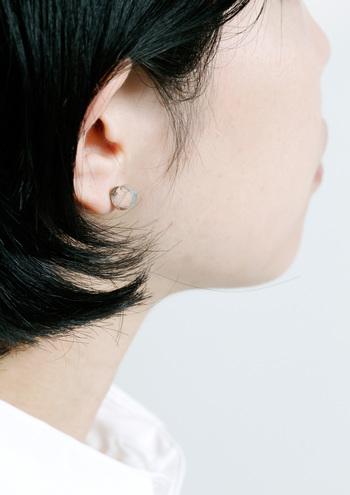 耳につけると「マル」が立体的になるようになっています。小さくても、しっかりとした存在感。
