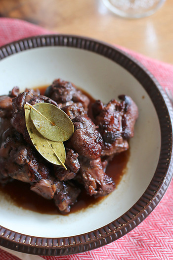 赤ワインとバルサミコ酢で煮込んだ味わい深い本格的料理。煮込んでいる間にサラダなど作れば、時短ながらも完璧なディナーに。おもてなしにもおすすめです。