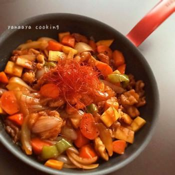 豚こま肉を使ったお手軽な酢豚を、フライパンひとつで手早く!多めに作って、翌日の朝食やお弁当の一品にしたり。丼にしてもおいしいです。