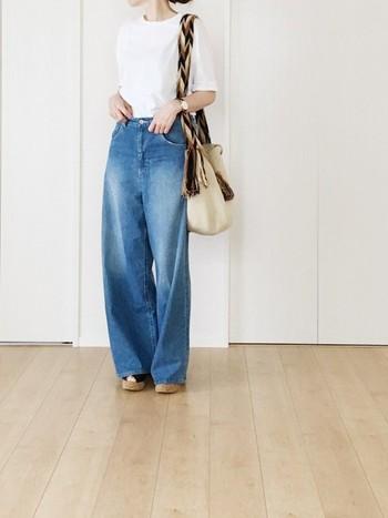 シンプルなスタイルも、一つ一つ上質なつくりのアイテムなら洗練された着こなしに。素敵なデニムワイドパンツの着こなしは、ぜひ真似したいスタイルです。