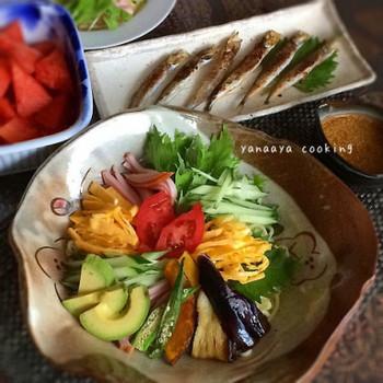 緑の具材のひとつとして、アボカドも人気です♪美容成分たっぷりのアボカドは積極的に食べたい野菜のひとつですね。他にもナスやかぼちゃ、オクラなども乗せて、栄養満点な冷やし中華ですね♡