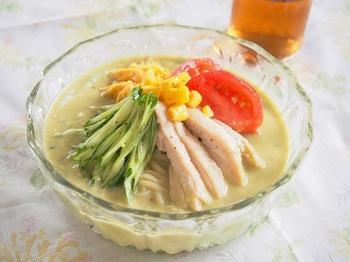 こちらはなんと、アボカドをまるまる1個をつぶして、スープに仕立てた一品です!練りゴマやごま油、塩麹などとつぶしたアボカドを混ぜ、具材の鶏肉を茹でたときの茹で汁を使ってつけ汁を作っています。アボカド好きな方はぜひお試しくださいね♪