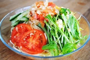 続いては、野菜をたっぷり使った、まるでサラダのような冷やし中華をご紹介します。夏は野菜が美味しい季節、ぜひ冷やし中華のトッピングに加えてみましょう♪