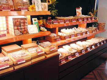 パティスリー シロ・デラブルは、吹田市内でも人気を誇るスイーツの銘店です。広い店内には、ケーキなどの生菓子からクッキーやマドレーヌといった焼き菓子がズラリと陳列されています。