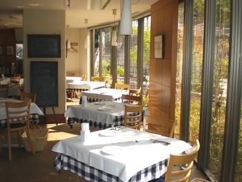 トラットリア・サルーテは、阪急千里線と大阪モノレールが乗り入れる山田駅からほど近い位置にあるイタリアンレストランです。明るく開放的な店内には、居心地の良い空間が広がっています。