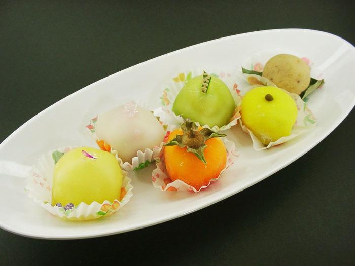特に人気を誇るフルーツ餅の詰め合わせ(6個入)は、季節によって組み合わせが変わります。初夏は桃、秋は柿、冬はみかんなど、四季折々で旬の味を楽しむことができます。