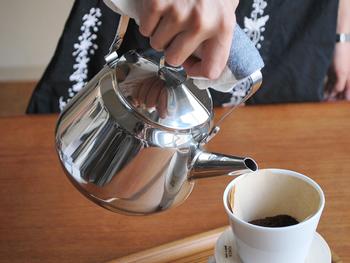 映画「かもめ食堂」で使用されたことで有名な、OPA社のステンレスケトル。1.5リットルは家族分のコーヒーを淹れるのにぴったりのサイズです。