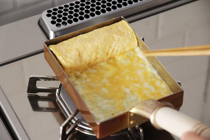 熱伝導率の高い銅でつくられた、中村銅器製作所の「銅玉子焼き器」。玉子焼きがふんわりしっとり、美しく仕上がります。毎日つくる玉子焼きこそ道具にこだわりたいですね。